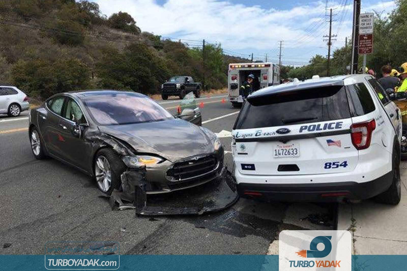 تصادف خودران تسلا با خودروی پلیس
