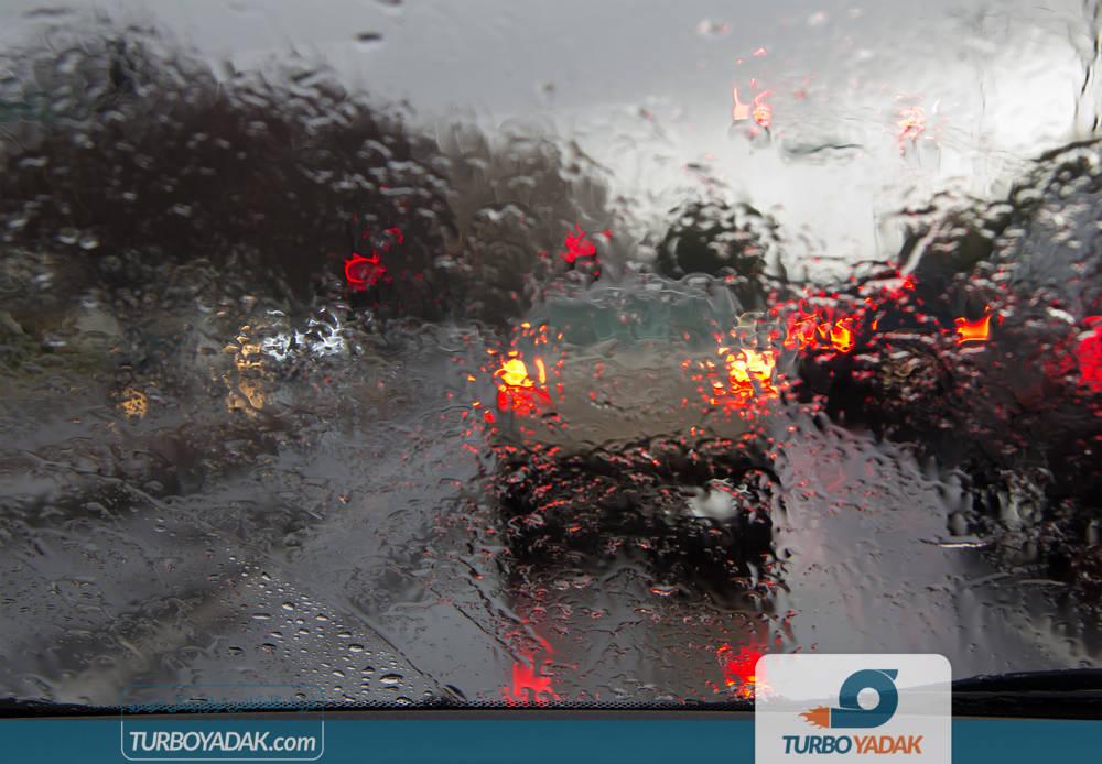رانندگی در جاده خیس